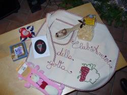 6d5c4e77d8 Ilaria mi ha regalato la spazzolina decorata e la candela a cuore, Marika  un grembiule da lei ricamato con la scritta  Club amici della gotta  che ...